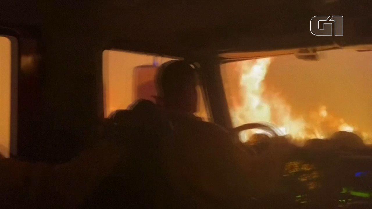 VÍDEO: Caminhão dos bombeiros atravessa chamas para combater incêndio nos EUA